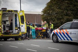 Hulp voor vrouw op brug op de Kruistochtstraat in Haarlem