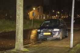 Auto tegen boom in de Venkelstraat in Haarlem