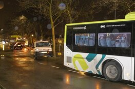 Automobilist vlucht na botsing met Connexxion bus in Haarlem