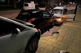 Automobilist ramt geparkeerde auto's, inzittende slaat op de vlucht