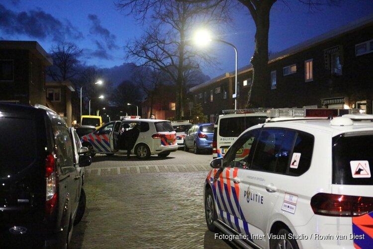 Agenten in kogelwerende vesten houden verdachte aan in woning Haarlem