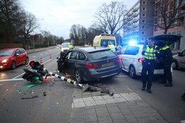 Automobilist vliegt uit de bocht en rijdt verkeerslicht omver