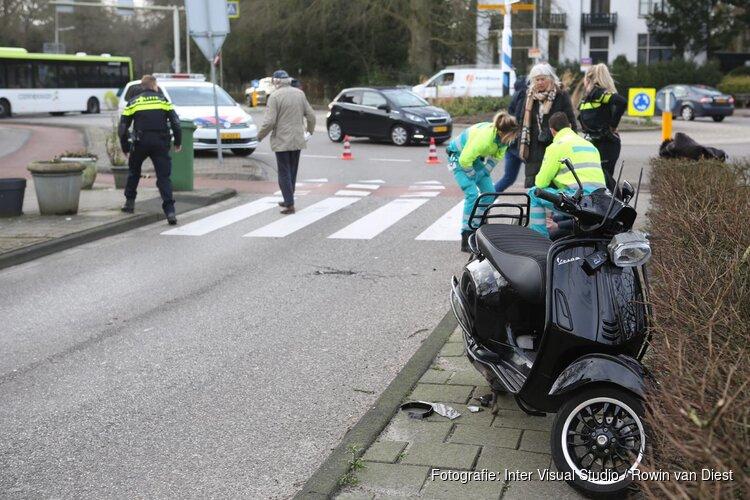 Scooterrijder naar het ziekenhuis na aanrijding op rotonde