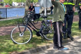 Fietser botst tegen auto in Haarlem