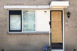 Boze Haarlemse burgemeester in gesprek met buurt na vuurwerkaanslag