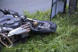 Motorrijder schiet van de weg en raakt reclamebord
