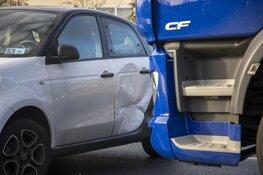 Auto geschept door vrachtwagen op de Westelijke Randweg (N208) in Haarlem