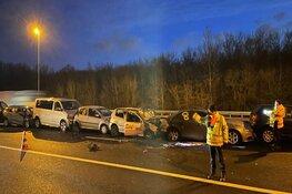 Autobrand na ongeluk met tien auto's op A9. Tot in de middag twee rijstroken dicht
